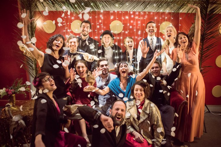 vintage signature shooting mariage au theatre photo de groupe photobooth confettis